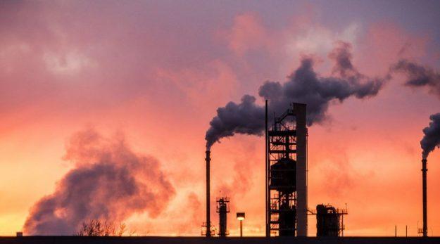 Ölraffinerie im Sonnenuntergang - dein Öl-Business?