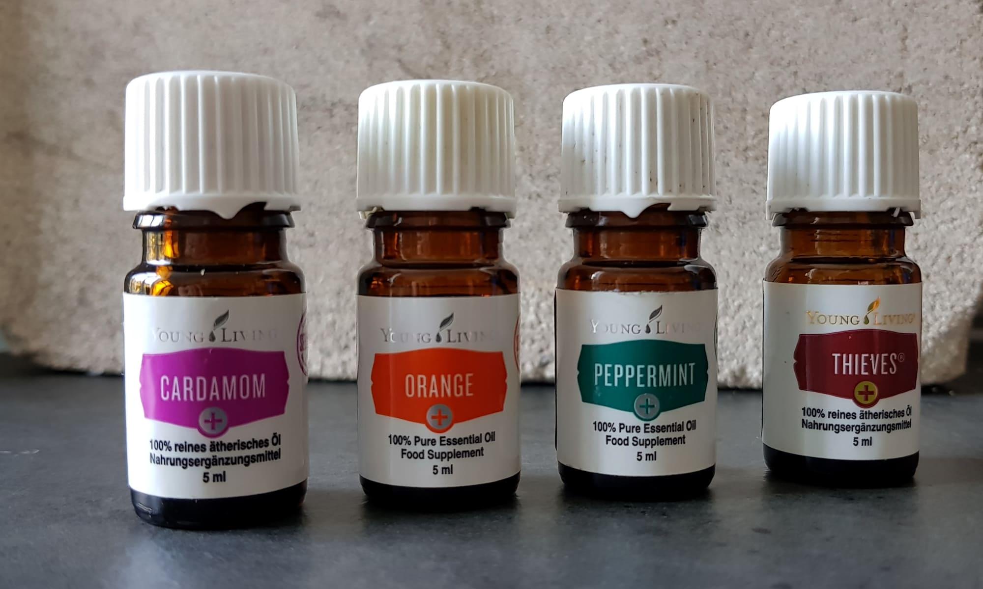 Vier Plus-Öle: Pfefferminze, Orange, Kardamom und Thieves-Mischung