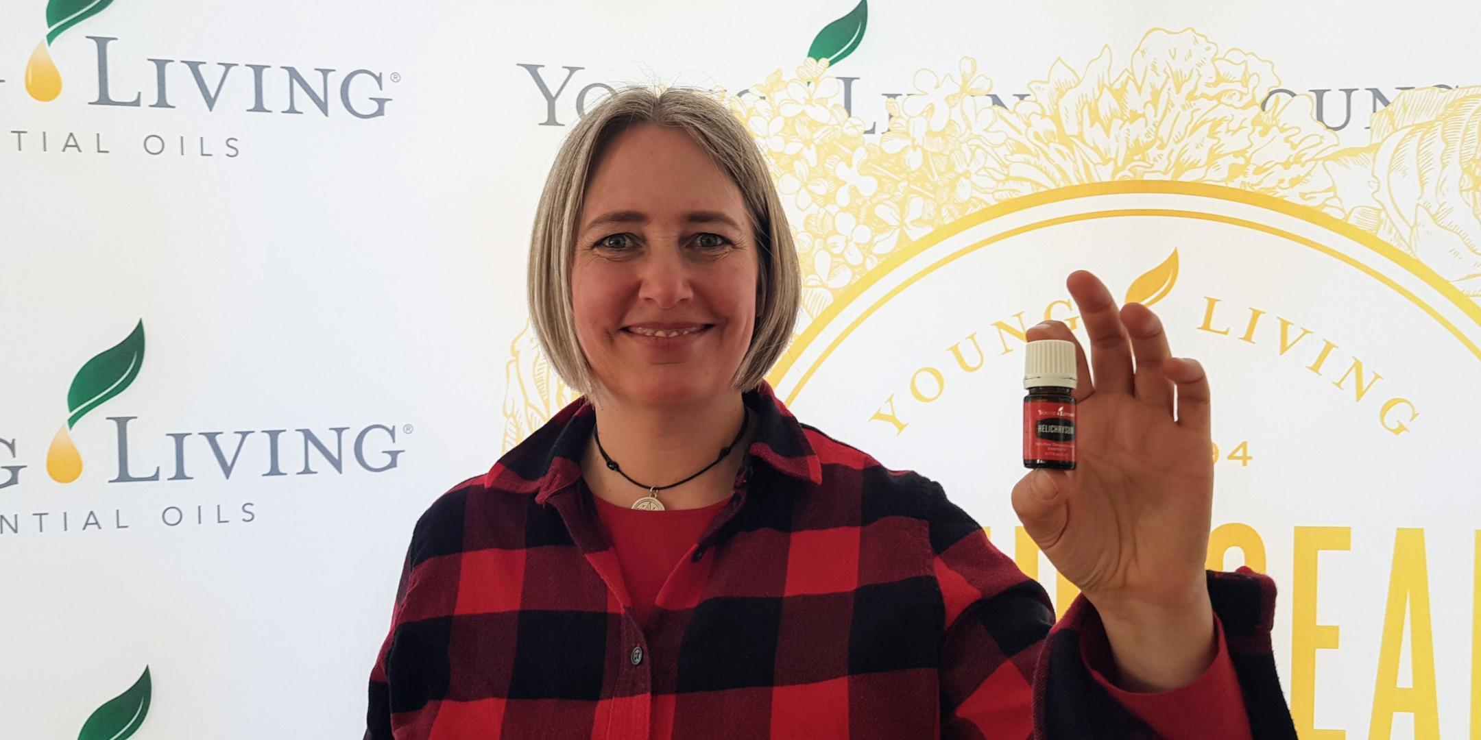Saskia zeigt Helichrysum-Öl bei einem Vortrag